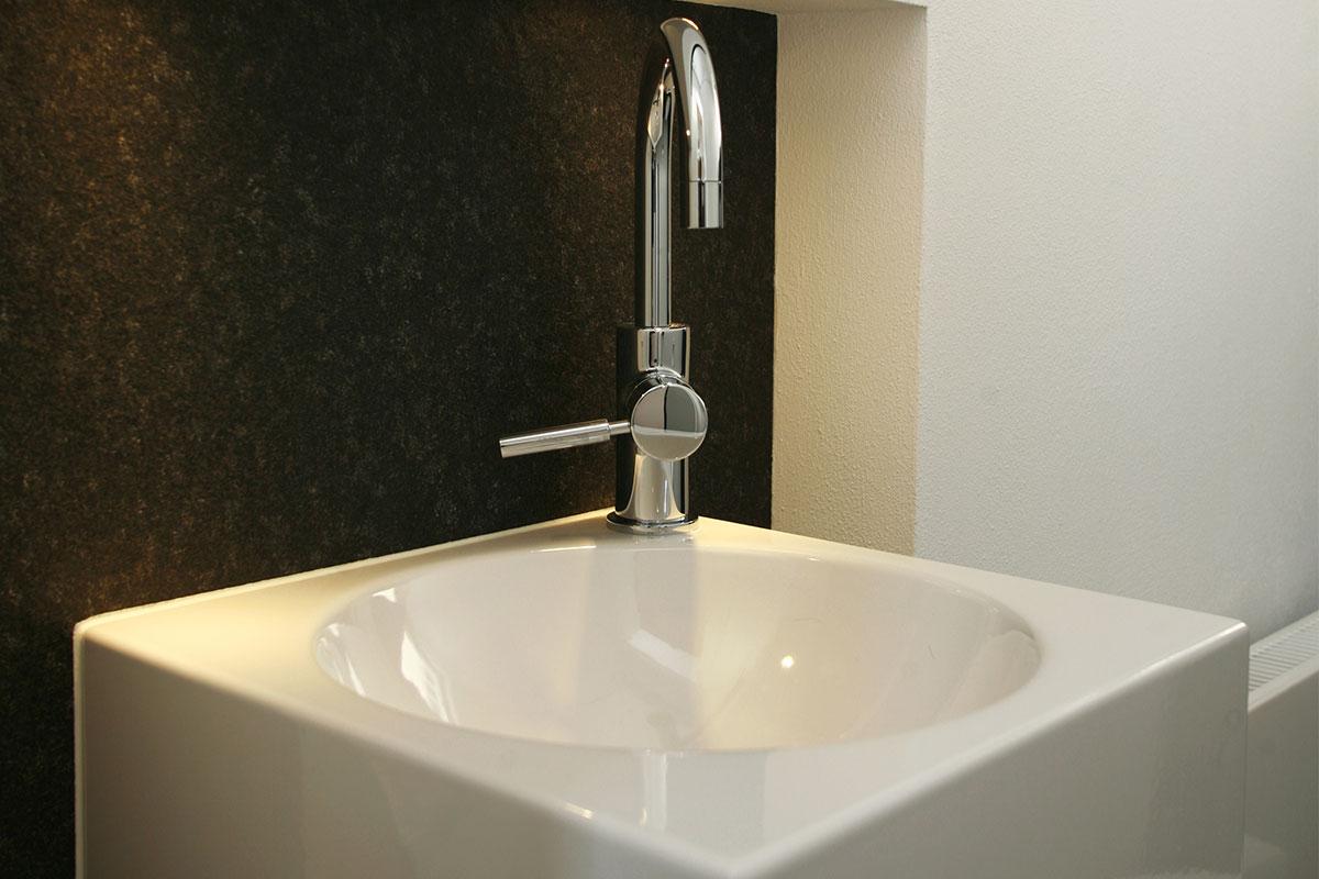 In verschiedenen entwurfsvarianten wurde das angrenzende gäste wc mit in das bad einbezogen um mehr raum zu gewinnen